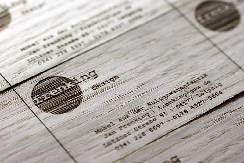 Gravuren auf Visitenkarten aus Holz